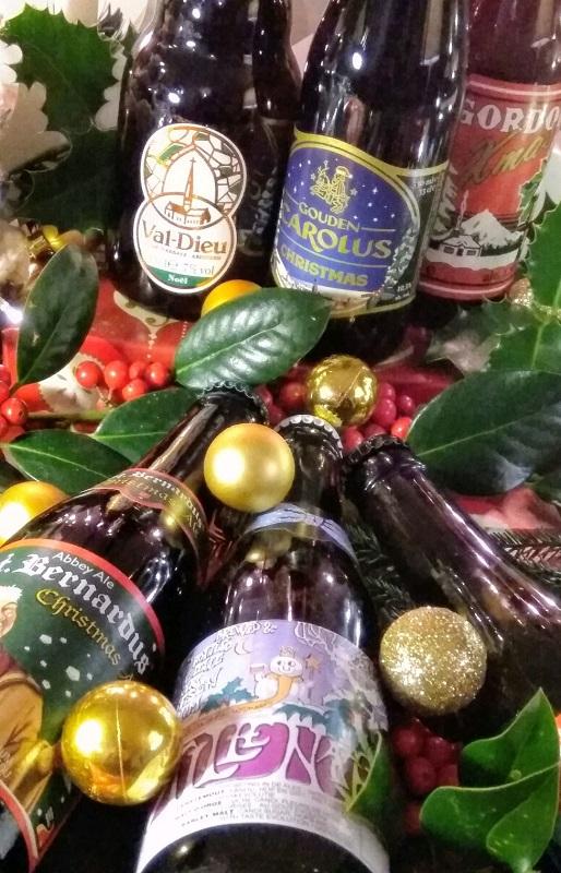 sfeerafbeelding met diverse kersbieren en kerstdecoratie