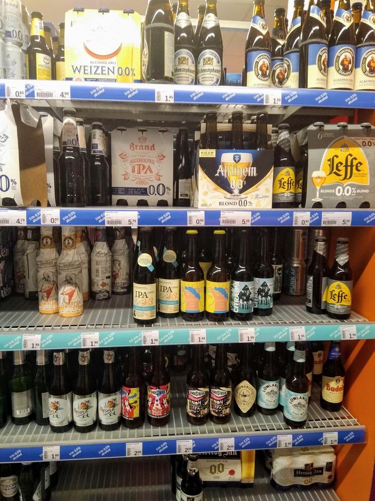 Supermarktschap met alcoholvrij bier
