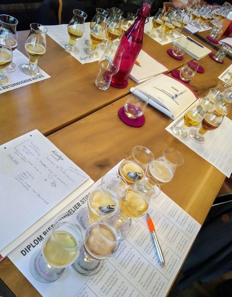 Proefglazen voor een praktijkoefening tijdens de training voor biersommeliers.