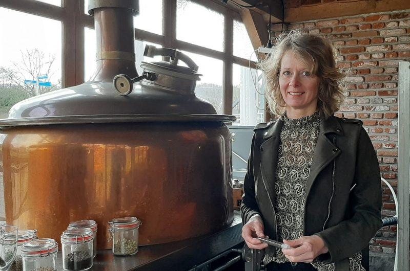 Carina Kelder in haar brouwerij Mommeriete in Gramsbergen