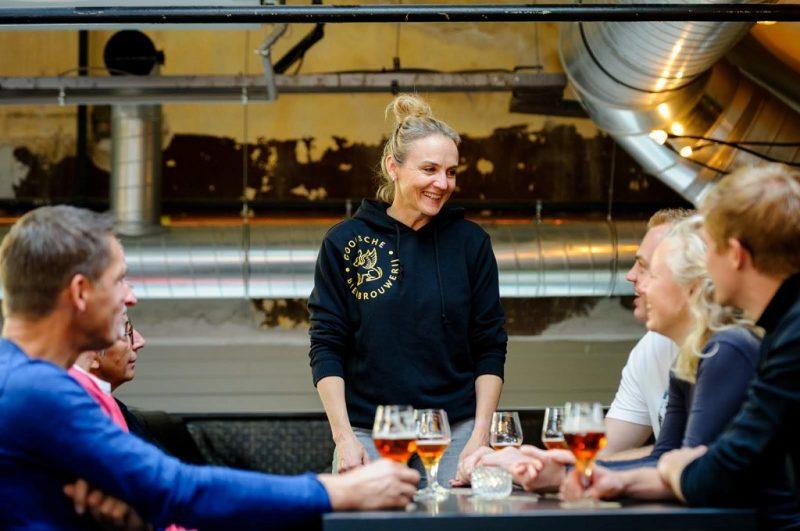 Mede-eigenaar Arjanneke van den Berg bij een rondleiding door haar Gooische Bierbrouwerij