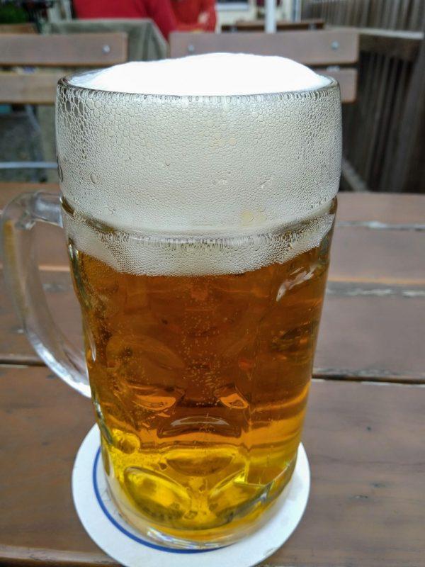 Een traditioneel glas Münchener Helles
