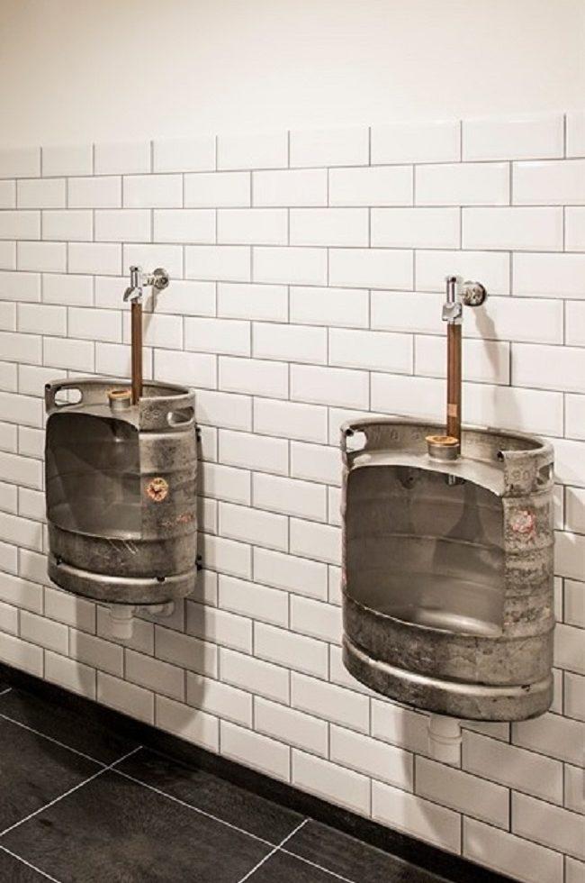 Urinoirs gemaakt van metalen bierfusten
