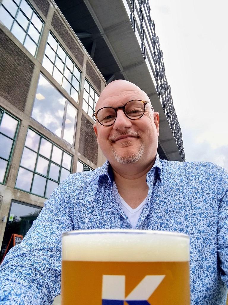 bierschrijver Frits Dunnink drinkt een glas bij Kaapse Brouwers in Rotterdam