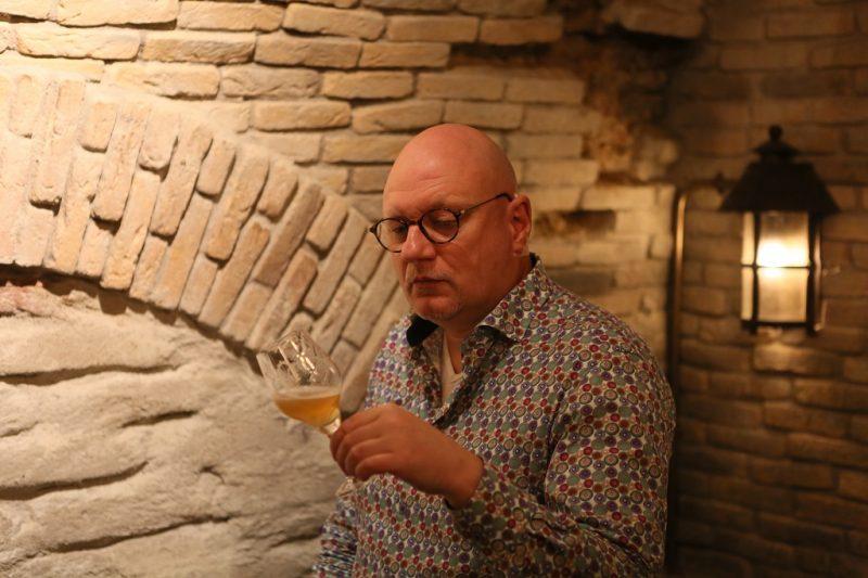 Biersommelier Frits Dunnink kijkt.
