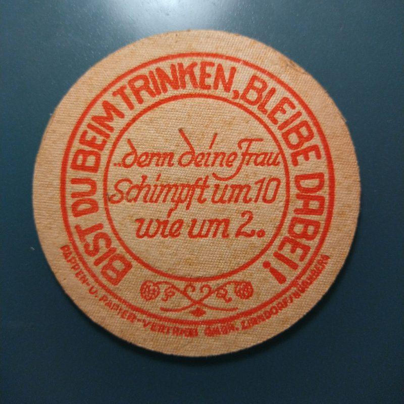 biervilt uit de jaren '50 met de tekst 'Bist du beim Trinken, bleibe dabei!'