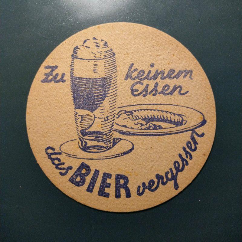 biervilt uit de jaren '50 met de tekst 'Zu keinem Essen das Bier vergessen'