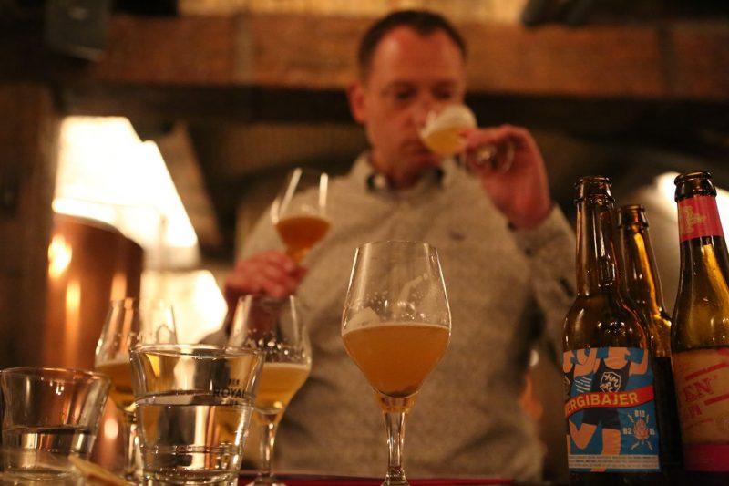 Biersommelier Sjors Kassing vergelijkt bieren.