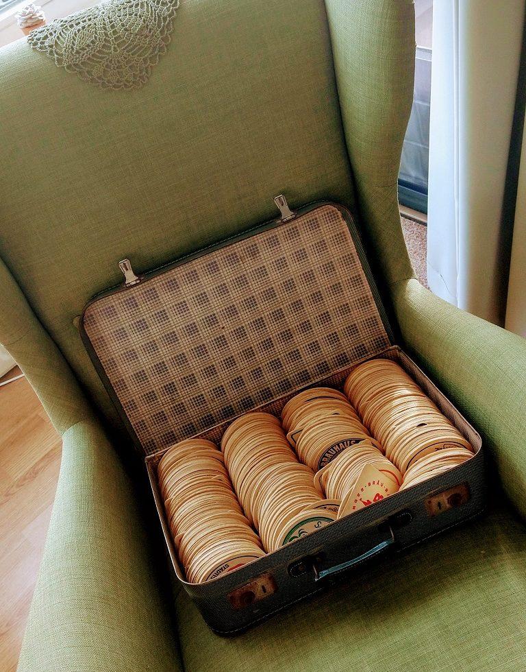 koffer vol met biervilten uit de jaren '50