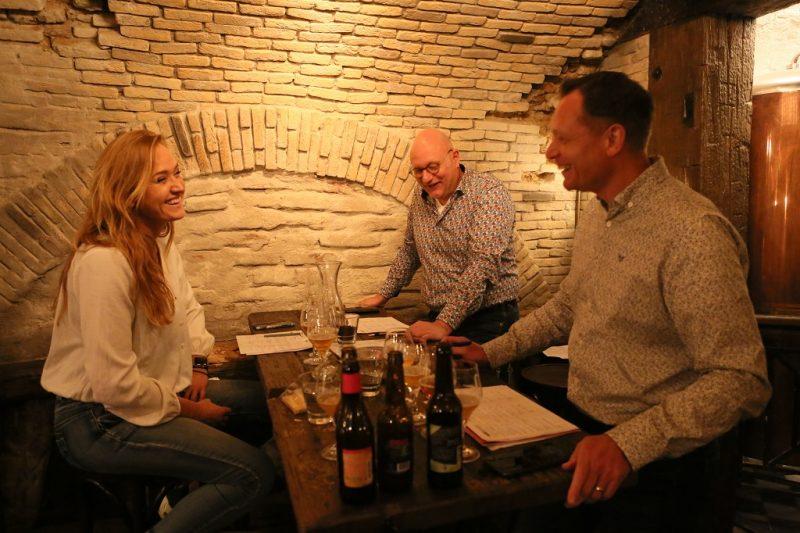 biersommeliers Jet, Sjors en Frits overleggen in prima sfeer over hun bevindingen bij het proeven.