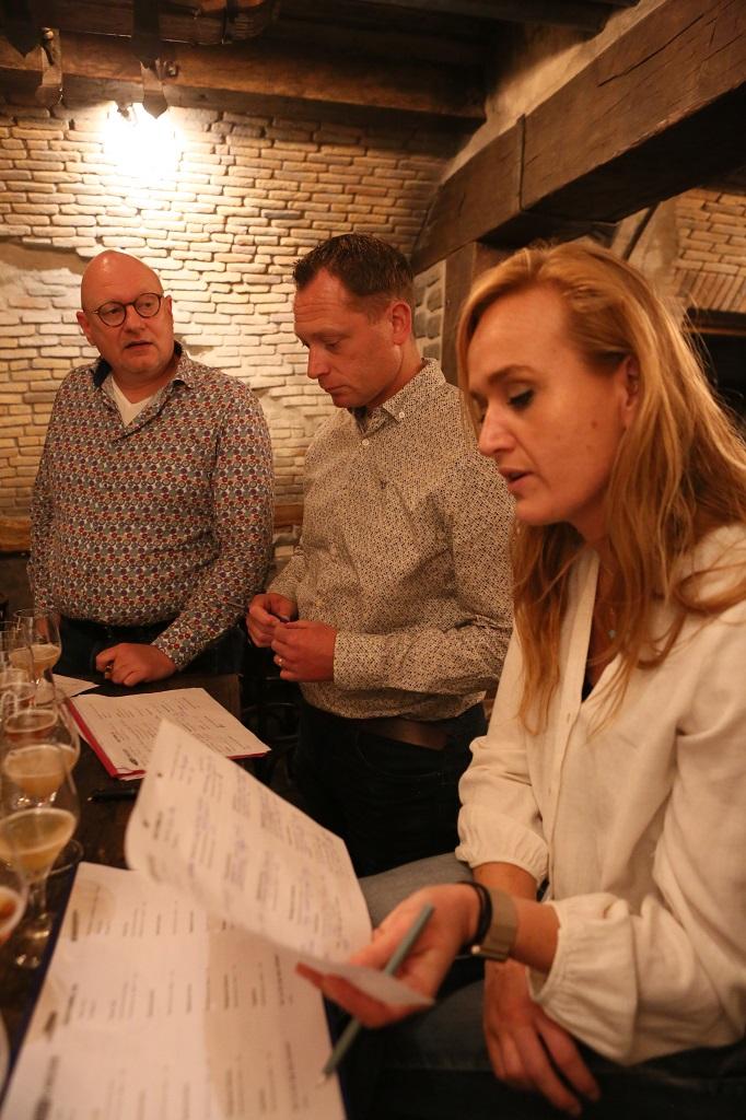 Biersommeliers overleggen over hun bevindingen.