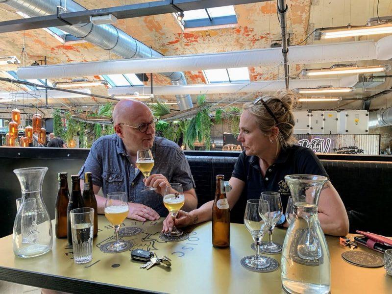 Arjanneke van den Berg in gesprek met bierschrijver Frits Dunnink