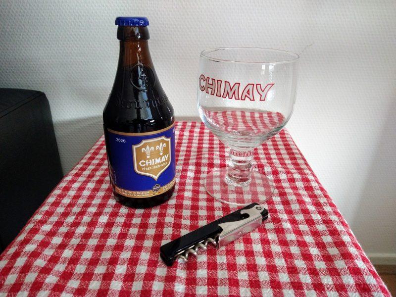 fles Chimay Blauw trappistenbier met bijbehorend glas