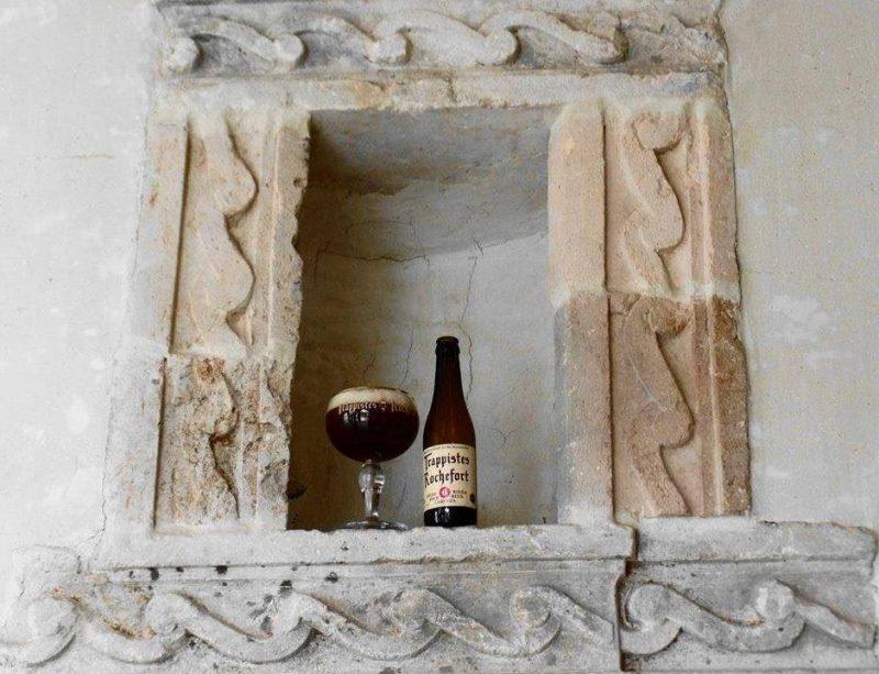 Ingeschonken glas Rochefort 6 in een nis in de kloostermuur