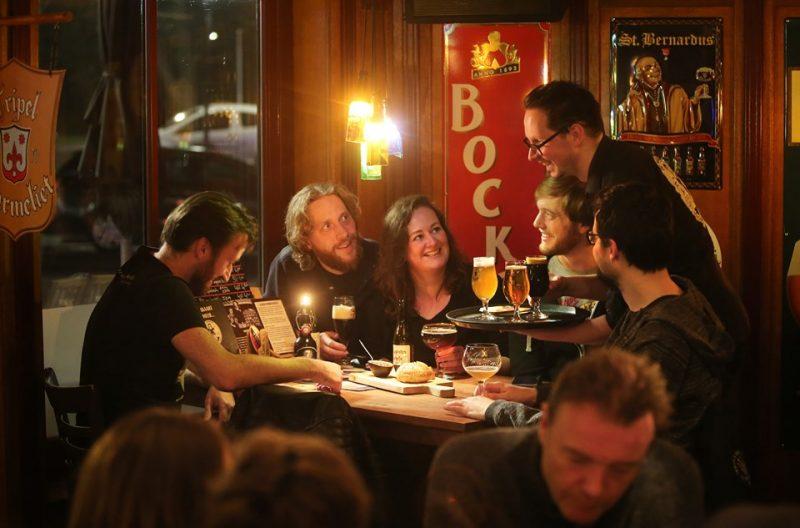 samen (matig) bier drinken in het café: bron van gezondheid en welbevinden