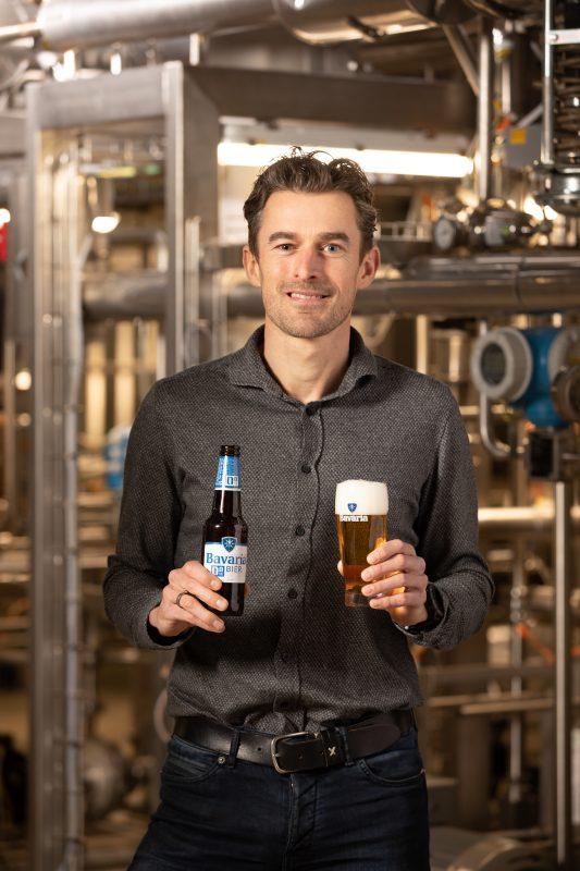 Bavaria Meesterbrouwer Emiel Hendrikx met de nieuwe Bavaria 0.0% poserend bij de Fenix op de brouwerij in Lieshout