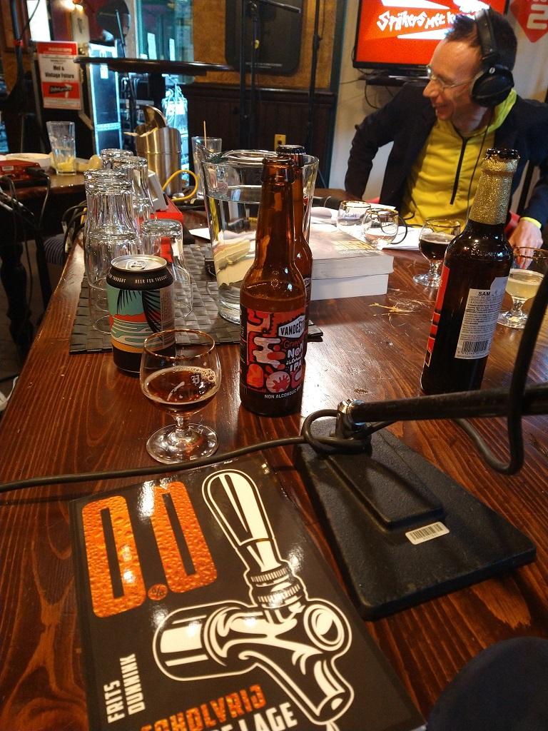 Biersommelier Frits Dunnink in de media: boek alcoholvrij bier op tafel in de studio van radioprogramma Spijker met koppen