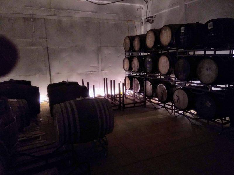 Vaten met rijpend barrel aged bier bij brouwerij Frontaal in Breda.