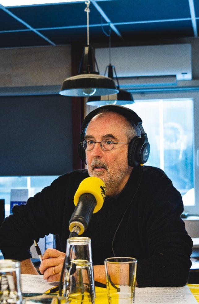Portret van auteur Ronald Giphart in de studio tijdens de opname van de podcast Fuck Wijn!